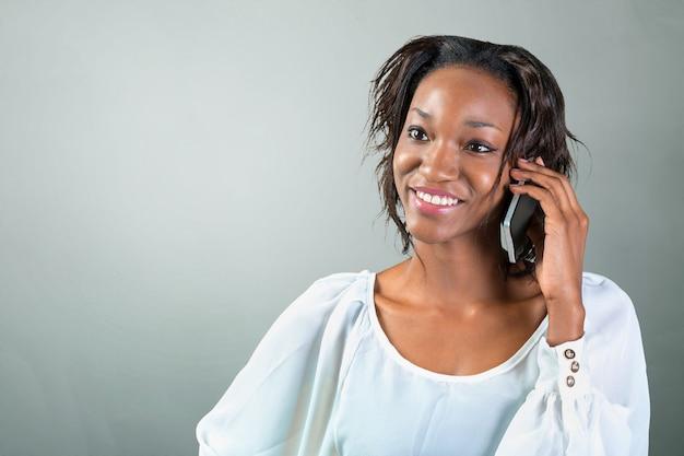 Giovane donna africana parlando al telefono