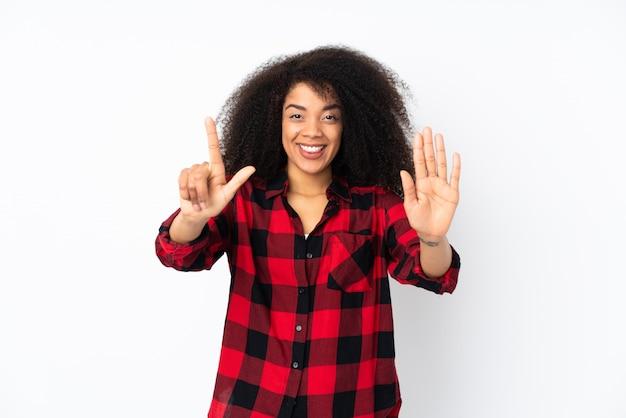 Giovane donna afroamericana che conta sette con le dita