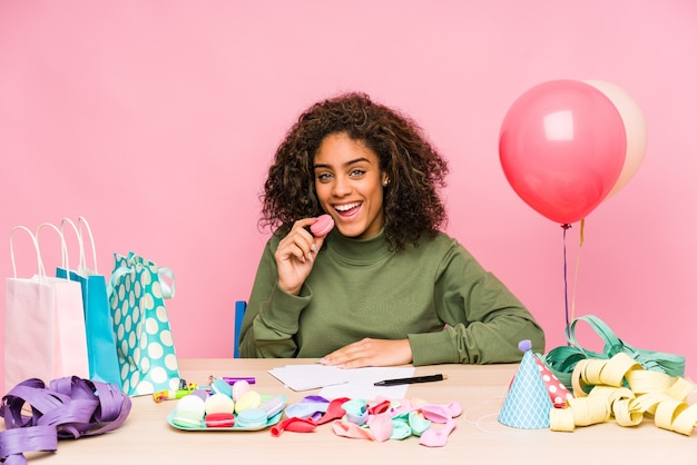 Giovane donna afroamericana che pianifica un compleanno