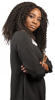 Giovane donna afroamericana con le braccia incrociate