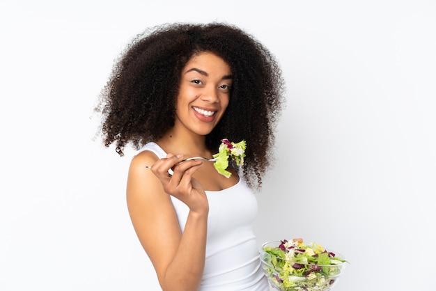 Giovane donna afroamericana isolata su bianco