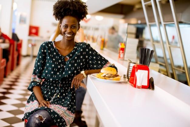 Giovane donna afroamericana nella cena