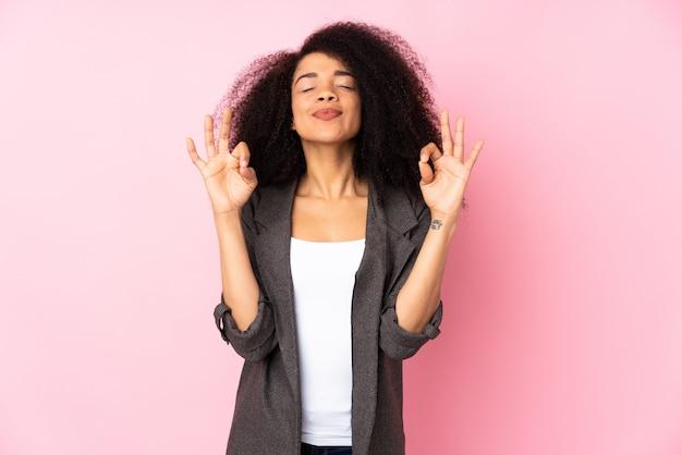 Giovane donna afroamericana nella posa di zen