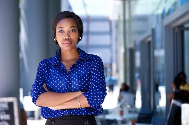 Giovane donna afroamericana sicura che sta nella città