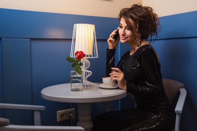 Giovane donna al caffè