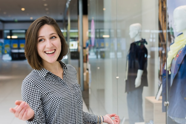 Giovane donna al centro commerciale