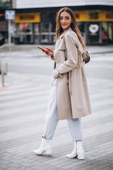 Giovane donna al passaggio pedonale nel centro della città