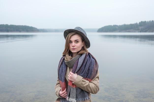 Giovane donna alla moda all'aperto in inverno un giorno nebbioso freddo