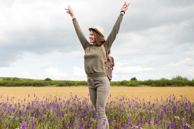 Giovane donna alla moda che gode della vacanza nel campo