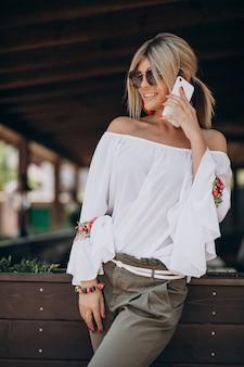 Giovane donna alla moda in camicia bwhite