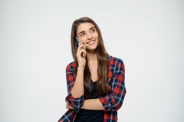 Giovane donna allegra che parla sul telefono cellulare