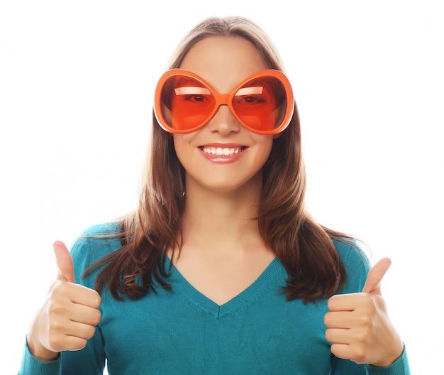 Giovane donna allegra con gli occhiali grande festa.