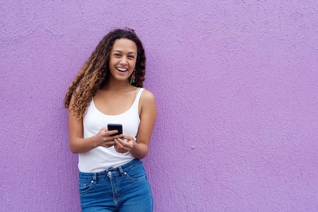 Giovane donna allegra con il telefono cellulare