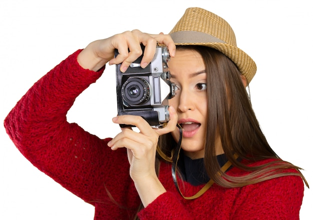 Giovane donna allegra con la macchina fotografica