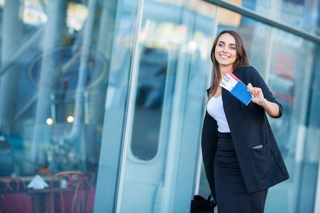 Giovane donna allegra con una valigia.