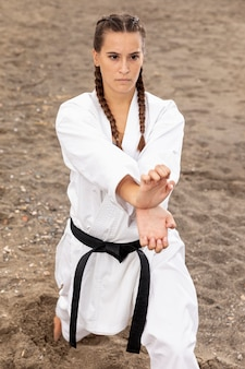 Giovane donna allenamento arti marziali