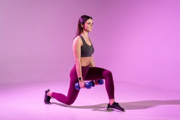 Giovane donna allenamento con i pesi