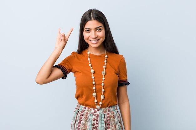 Giovane donna araba che mostra un gesto di corna