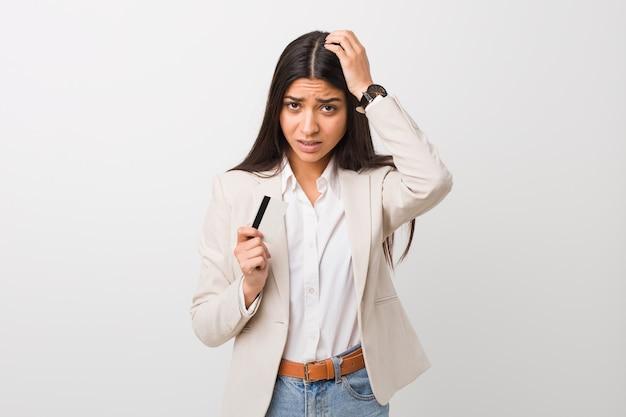 Giovane donna araba in possesso di una carta di credito scioccata, ha ricordato un incontro importante.