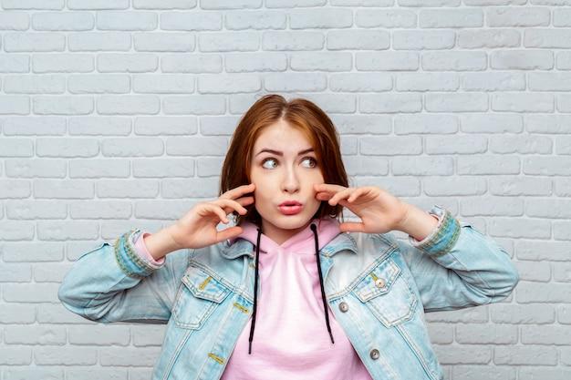 Giovane donna arrabbiata del ritratto che grida