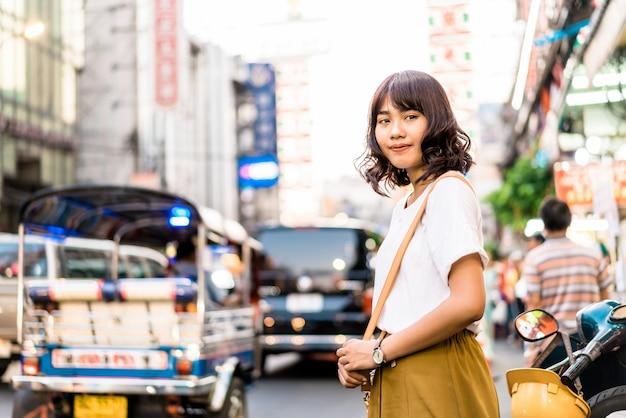 Giovane donna asiatica a chinatown a bangkok