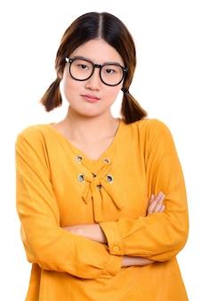 Giovane donna asiatica arrabbiata con le braccia incrociate