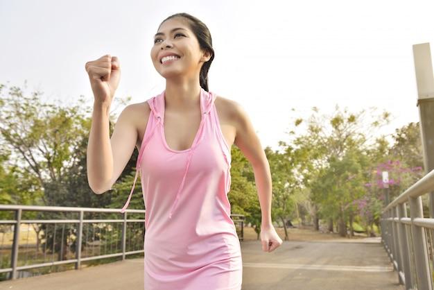 Giovane donna asiatica che pareggia sul parco