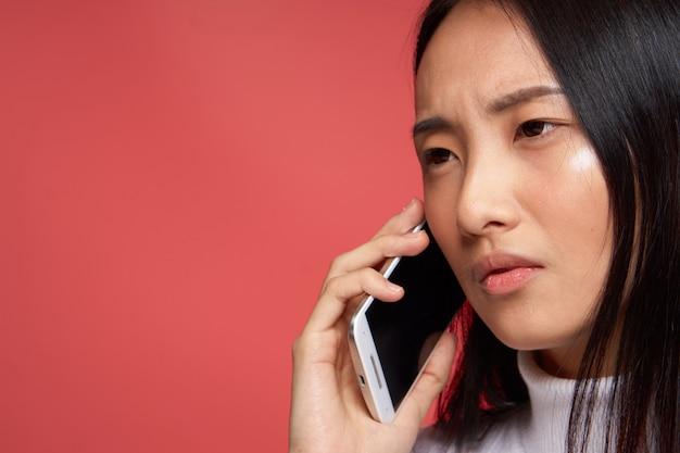 Giovane donna asiatica che parla dal telefono
