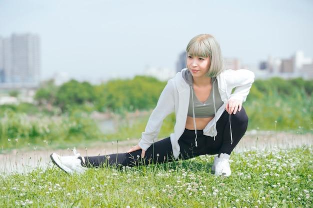 Giovane donna asiatica che si esercita all'aperto