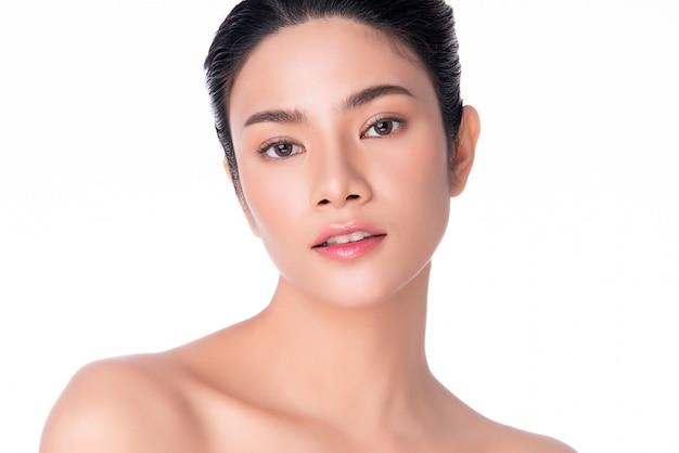 Giovane donna asiatica con pelle fresca e pulita