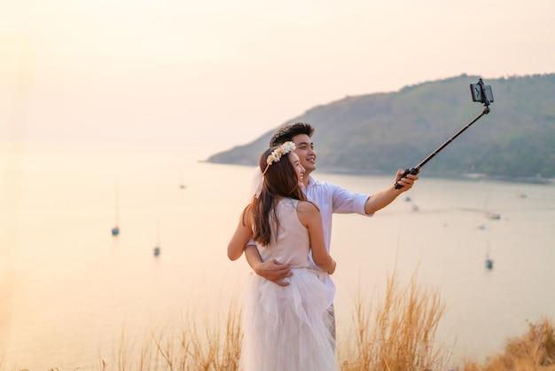 Giovane donna asiatica felice con il velo della sposa