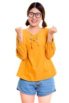 Giovane donna asiatica felice premurosa che sorride mentre sembra eccitata