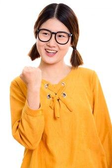 Giovane donna asiatica felice premurosa che sorride mentre sembra motivata