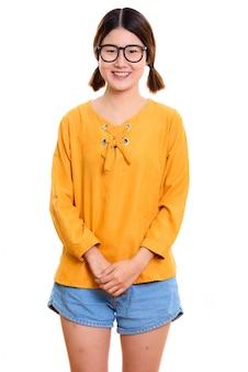 Giovane donna asiatica felice sorridente con gli occhiali