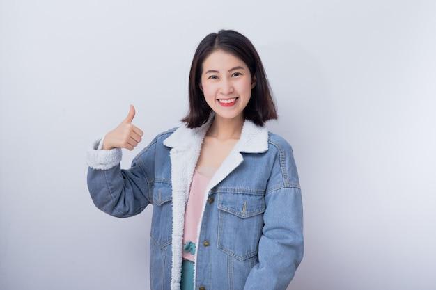 Giovane donna asiatica in una giacca di jeans
