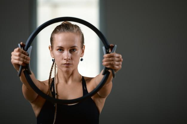 Giovane donna atletica che fa le esercitazioni in ginnastica