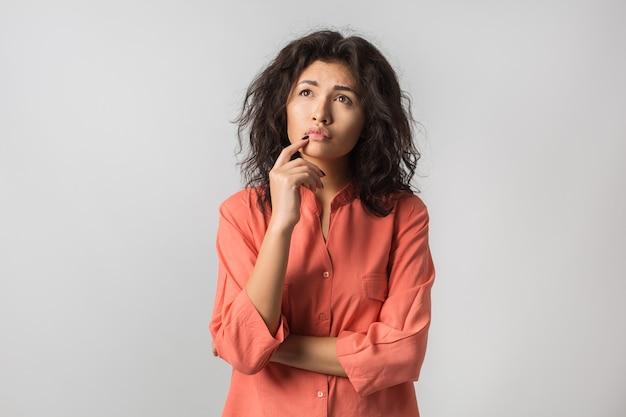 Giovane donna attraente alla moda isolata su bianco