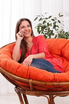 Giovane donna attraente che chiama dal telefono