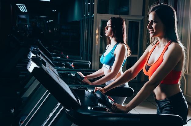 Giovane donna attraente che fa cardio-allenamento in palestra
