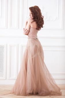 Giovane donna attraente che indossa un bel vestito