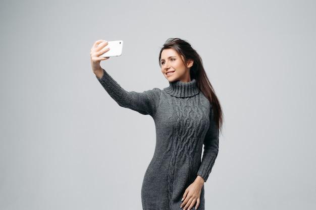 Giovane donna attraente che prende selfie