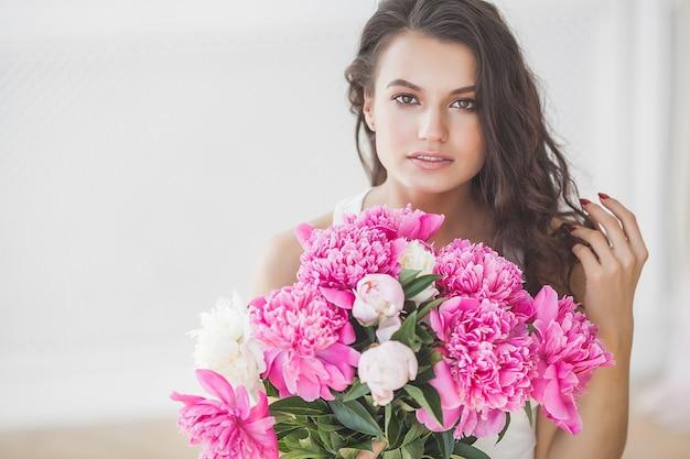 Giovane donna attraente con fiori