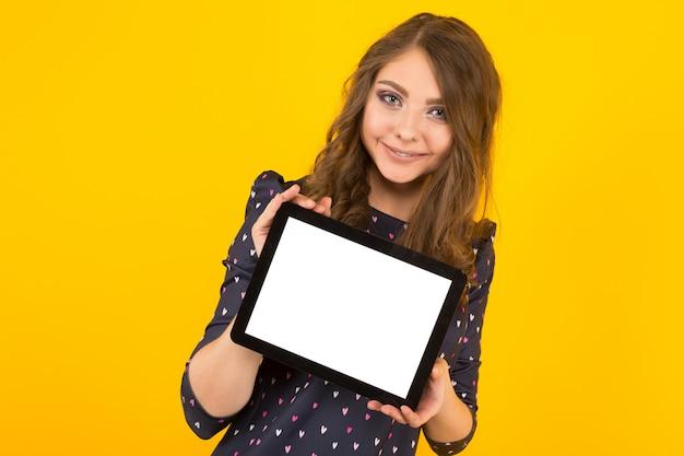 Giovane donna attraente con tablet pc