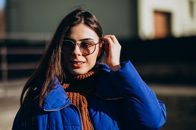 Giovane donna attraente in giacca invernale blu