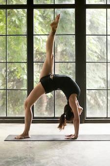 Giovane donna attraente in una posa di gambe zampe