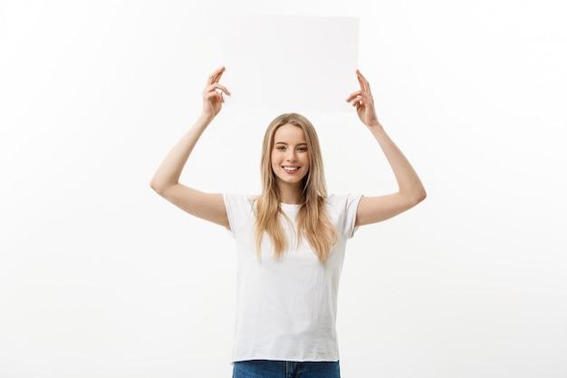 Giovane donna bella eccitata e felice isolata su fondo bianco.