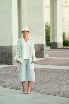 Giovane donna bionda che cammina per strada