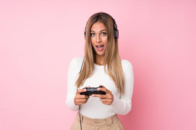 Giovane donna bionda che gioca ai videogiochi