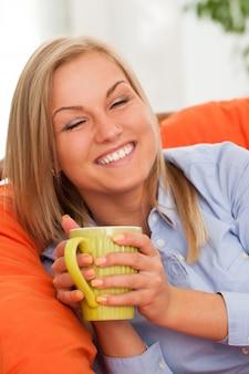 Giovane donna bionda con la tazza