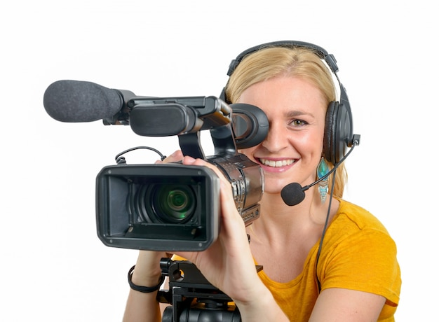 Giovane donna bionda con la videocamera portatile professionale, su bianco